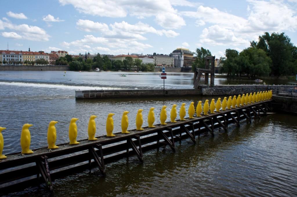 Скульптура «Марш пингвинов через Влтаву»