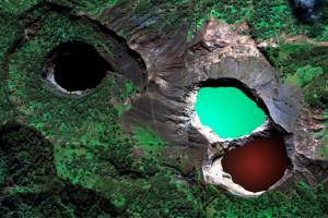 Разноцветные озёра вулкана Келимуту