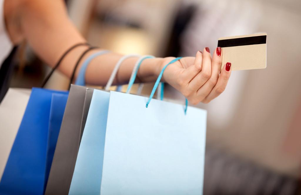 Пластиковые карты или наличные деньги