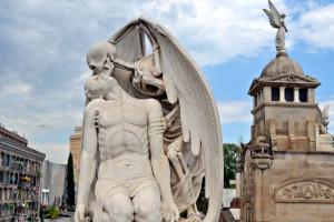 Скульптура Поцелуй смерти в Барселоне