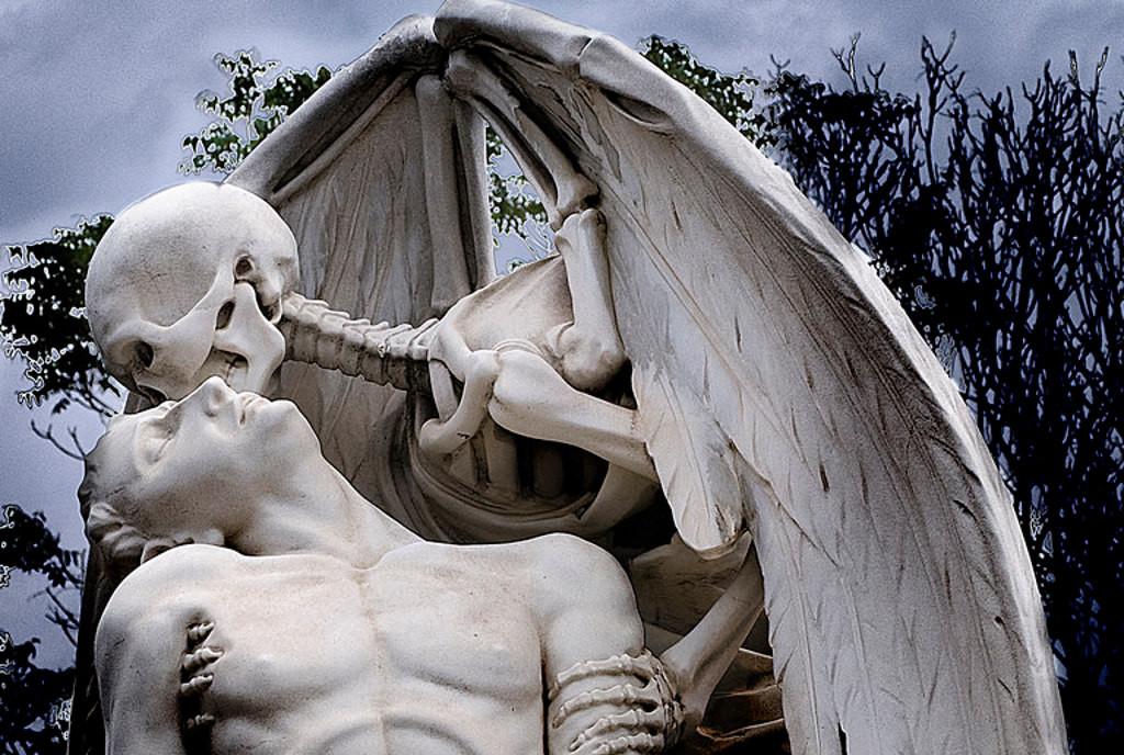 Скульптура Поцелуй смерти