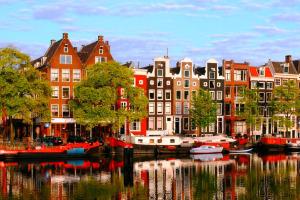 Амстердам или Брюссель