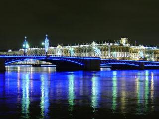 Дворцовый мост – один из символов Санкт-Петербурга