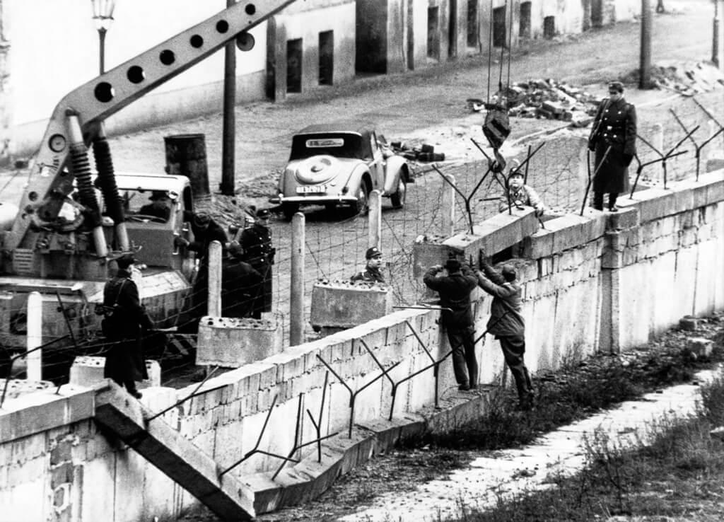 фото возведения берлинской стены коротком