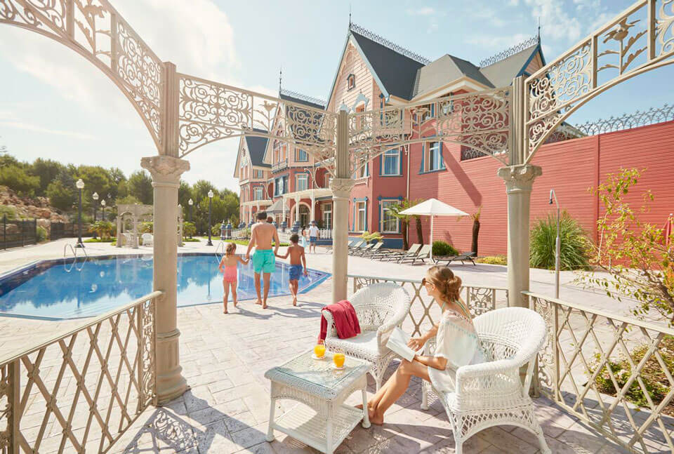 PortAventura Lucy's Mansion - Includes PortAventura Park Tickets 4*, Салоу