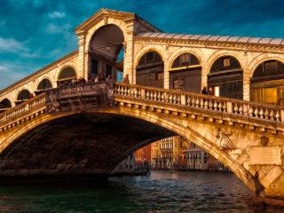 Мост Риальто – самый первый и старый мост через Гранд-канал